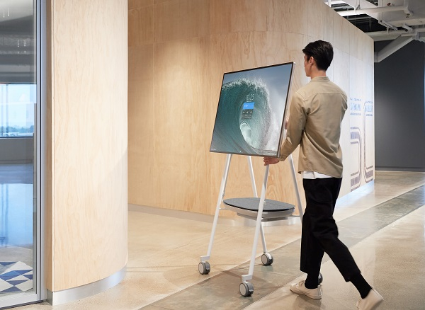 Microsoft Surface Hub 2S on Steelcase Roam Mobile Stand